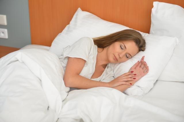 寝る前のプロテインのおすすめの時間と飲み方について分かりやすく説明します!